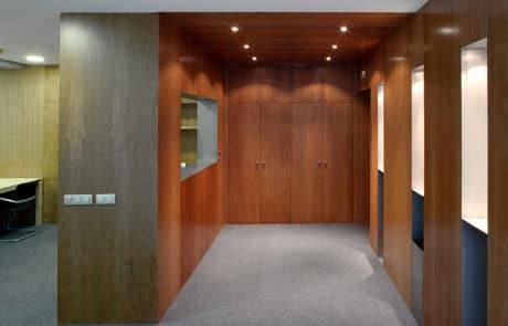 Foto de una de las areas de nuestras instalaciones, con paredes y techo de madera