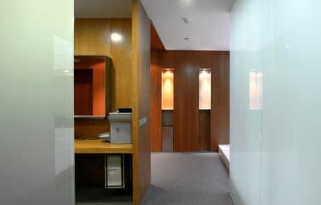 Foto de un pasillo de nuestras instalaciones, con paredes de madera y cristal
